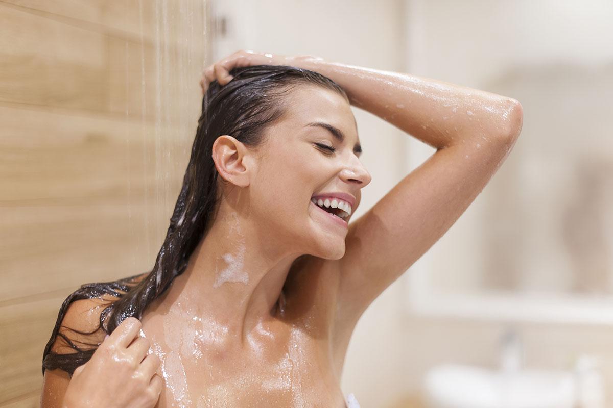 Non è l'alta frequenza del lavaggio che danneggia i capelli, anzi lavare i capelli correttamente con i giusti prodotti è un aiuto per prevenire la caduta dei capelli.