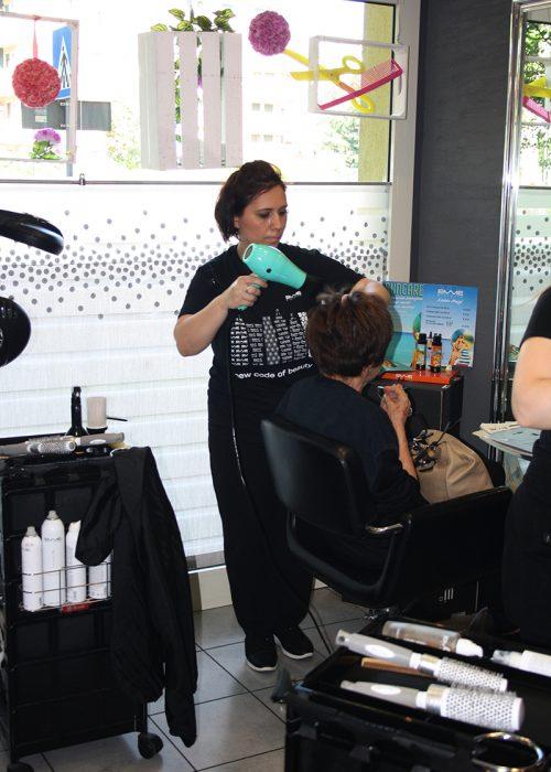 Uno spazio unico dove il nostro team è pronto a prendersi cura dei suoi clienti, con tagli moderni, tecniche sempre al passo con i tempi, trattamenti e cura dei capelli con prodotti di prima qualità, manicure…